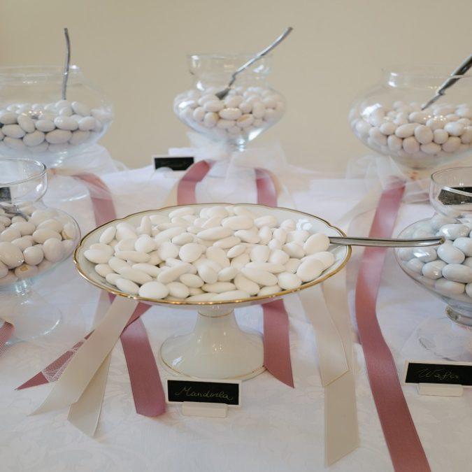 Confettata su tavolo per matrimonio