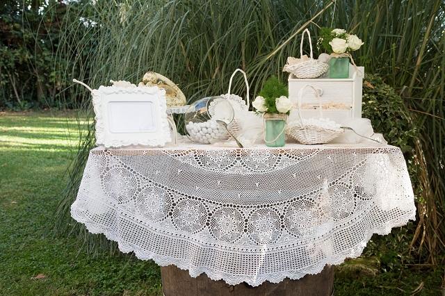 Tavolo con tovaglia all'uncinetto e oggetti graziosi